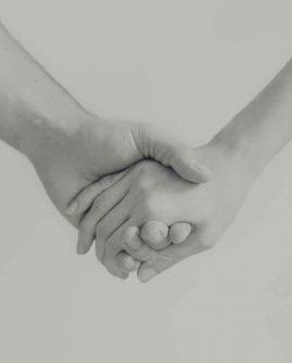 Handchirurgie Freiburg - Zwei Menschen halten sich beieinander bei der Hand