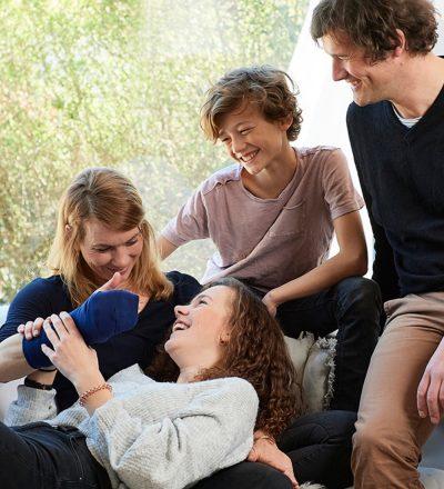 Gute Patientversorgung Freiburg - eine Familie sitzt Zuhause beisammen