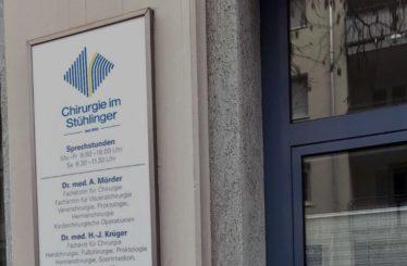 Aussenschild der Chirurgie im Stühlinger, einer Klinik in Freiburg im Breisgau, Schwarzwald, Baden-Württemberg, die sich besonders auf Unfallchirurgie, Handchirurgie, Hernienchirurgie und Fusschirurgie spezialisiert.